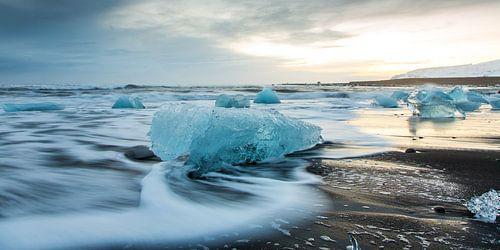 IJsblokken op het strand van