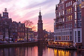 Amsterdamer Stadtbild bei Sonnenuntergang mit dem Münzenturm in den Niederlanden von Nisangha Masselink