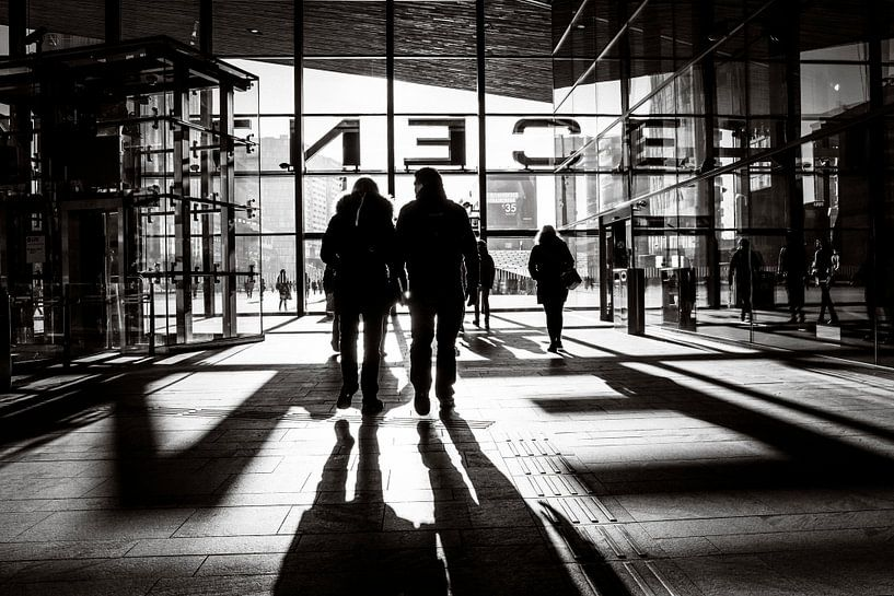 Schwarzweißer Rotterdamer Hauptbahnhof von Marco Bollaart
