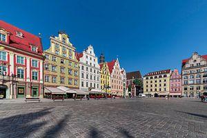 Zicht op plein in Krakau met middeleeuwse  felgekleurde huizen op een zonnige dag