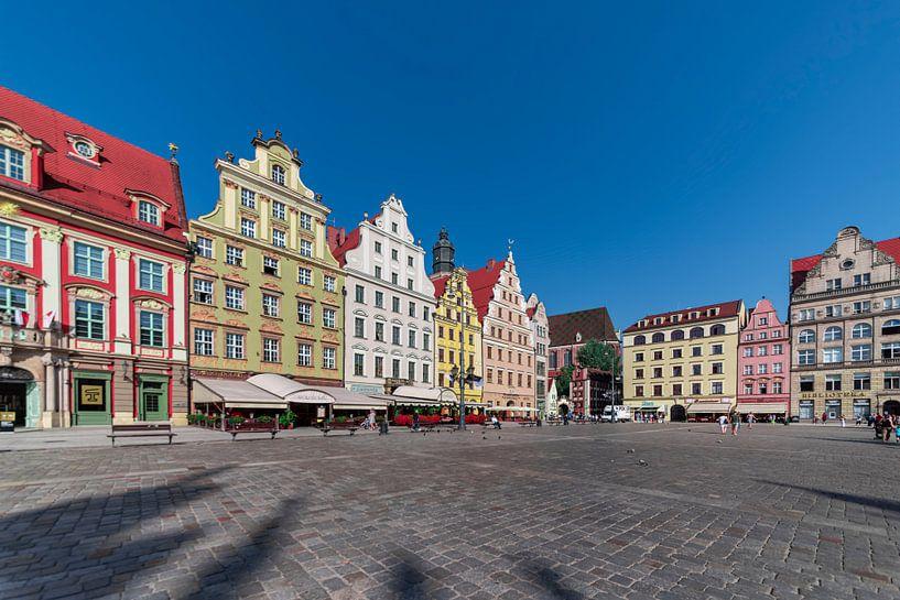 Zicht op plein in Krakau met middeleeuwse  felgekleurde huizen op een zonnige dag van Rita Phessas