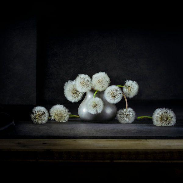Dandelions in tinnen vaasje van Marian Waanders