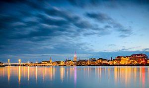 Kampen in de avond vanaf de IJssel