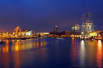 Hafen von Amsterdam bei Nacht mit dem VOC-Schiff in den Niederlanden von Nisangha Masselink