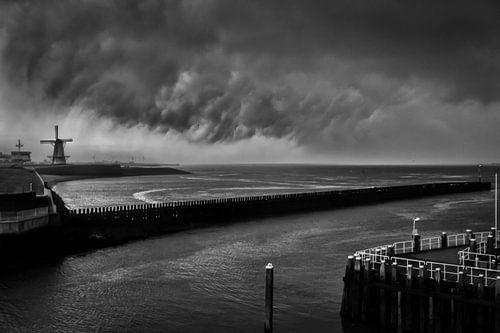 Zware wolkenbreuk boven de Noordzee bij Vlissingen in Zeeland. Wout Kok One2expose van