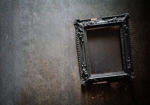 Brennender Rahmen an der Wand. von Roman Robroek