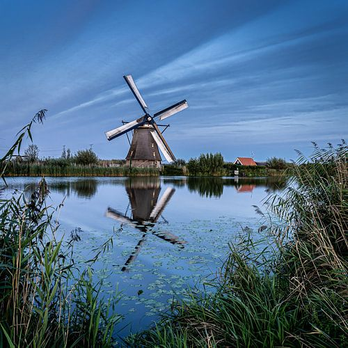 Weerspiegeling van een molen in het water