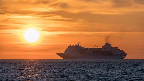 Zonsopkomst op zee met CMV Columbus van Bob de Bruin