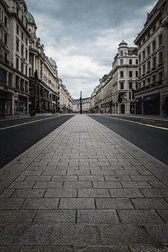 Verlassene, regnerische Straße während der Sperrung in (London, 2020) von AB Photography