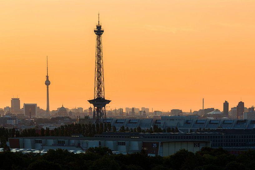 Tour de radio et tour de télévision avec le ciel de Berlin sur Frank Herrmann