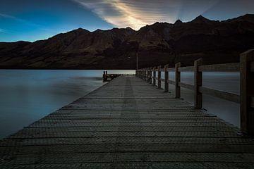 Sonnenuntergang hinter den Bergen in Neuseeland von Michael Bollen