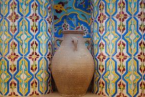Pichet en pierre dans une niche avec des carreaux de mosaïque sur Jille Zuidema