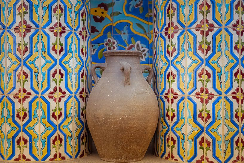 Kruik van aardewerk in nis met mozaiek tegeltjes van Jille Zuidema