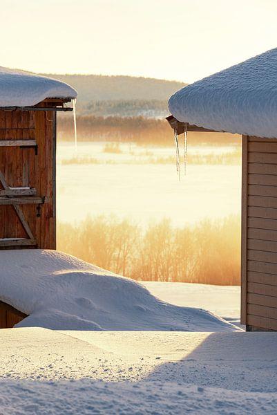 Winterse zonsondergang over een bevroren besneeuwd landschap op het eiland Senja van Sjoerd van der Wal