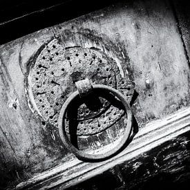 Oude deur met deurklink in Kreta, Griekenland   Zwart-wit detail foto I Straatfotografie van Diana van Neck Photography