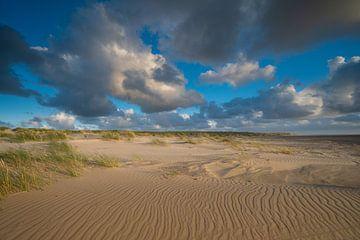 Niederländischer Himmel über dem Nordseestrand von Michel Knikker