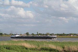 Vrachtschip op de Maas