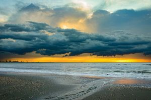 Donkere wolken boven zee van