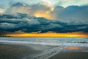 Donkere wolken boven zee von Danny Taheij