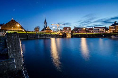 De haven en sluis van Hindeloopen in de avond