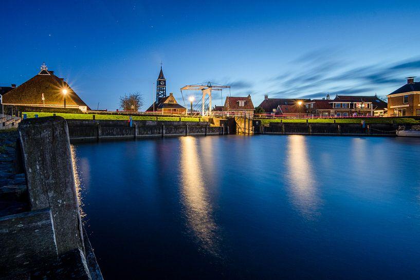 De haven en sluis van Hindeloopen in de avond van Fotografiecor .nl