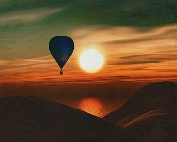 heteluchtballon vaart over de zee in de zonsondergang