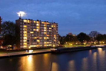 Het Amsterdam-Rijnkanaal met een flat aan de Rooseveltlaan in Kanaleneiland in Utrecht sur Donker Utrecht