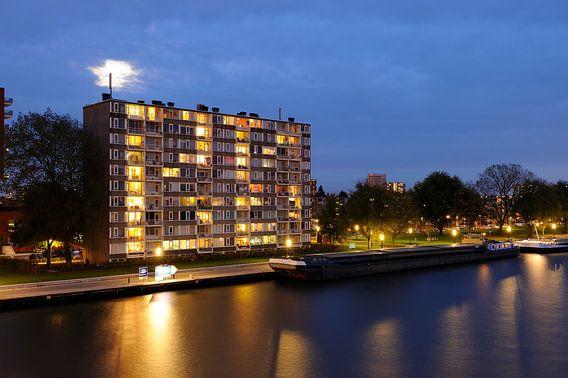 Het Amsterdam-Rijnkanaal met een flat aan de Rooseveltlaan in Kanaleneiland in Utrecht