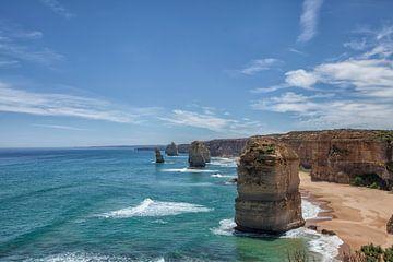 De twaalf apostelen aan de kust met een prachtige blauwe lucht op de great oceanroad in Victoria, Au van Tjeerd Kruse