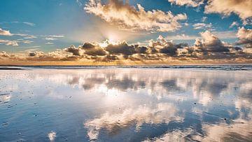reflectie wolken boven de Noordzee van eric van der eijk