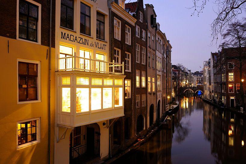 Oudegracht gezien vanaf de Gaardbrug in Utrecht (1) van Donker Utrecht