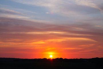 Ondergaande zon op Terschelling van Berthilde van der Leij