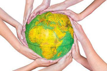 Viele arme von Mädchen mit den Händen um Globus des Planeten Erde von
