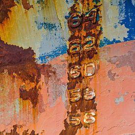 Zahlen auf ein farbenfroher Schiffsrumpf von Frans Blok