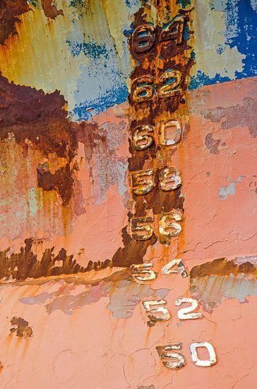 Getallen op een kleurrijke scheepsromp van Frans Blok