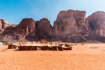 Bedouine dorpje in de woestijn van Jordanië van Dayenne van Peperstraten