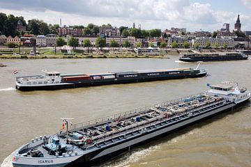 Drukte van de binnenvaart op de Waal bij Nijmegen van