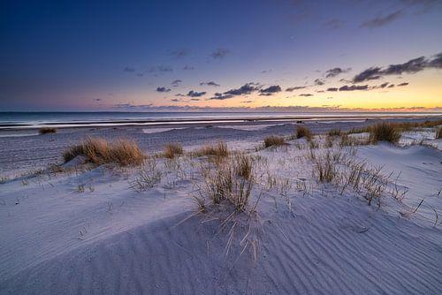 Zonsondergang op het strand bij Westerschouwen op Schouwen-Duivenland in Zeeland. Het laatste licht