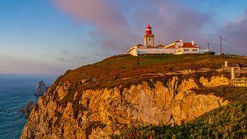 Vuurtoren bij Cabo da Roca tijdens zonsondergang in Portugal van Jessica Lokker