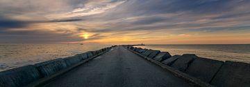 Pier in IJmuiden bij zonsondergang van Toon van den Einde