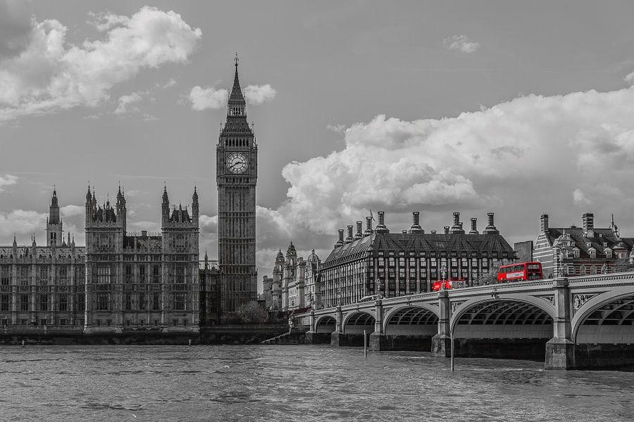 Skyline van Londen met rode bussen - 2