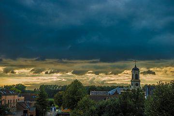 Kerk met dreigende wolkenpartij van Fred Leeflang