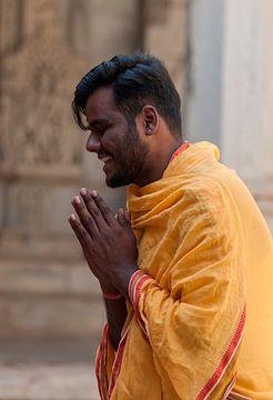 India: Gelovige bij Ranakpur Jain tempel (Ranakpur) van Maarten Verhees