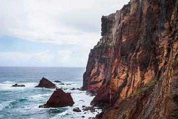 Madeira steile kust in vuurrood van Leo Schindzielorz