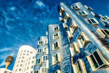 Gehry Bauten im Medienhafen in Düsseldorf mit Rheinturm und Himmel von Dieter Walther