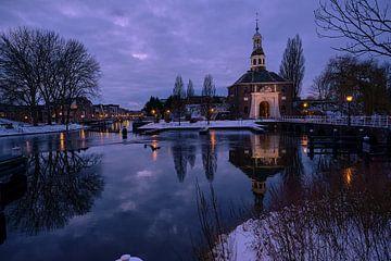 Romantische winteravond in Leiden, Holland van BJ Fleers