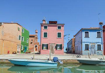 Canal avec bateau dans la belle ville de Burano sur Patrick Verhoef