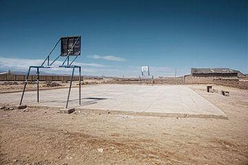 Lege speelplaats in de stad Uyuni van de woestijngrens van Tjeerd Kruse