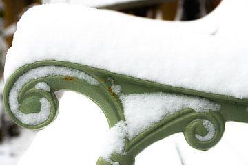 Detail grün Gartenbank in den Schnee von Ingrid de Vos - Boom