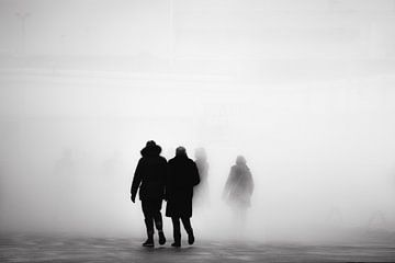 Mensen verdwijnen in de mist